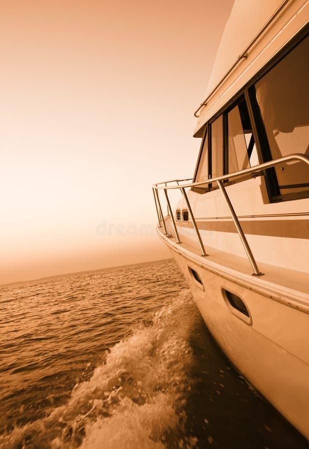 Desporto de barco no por do sol foto de stock royalty free