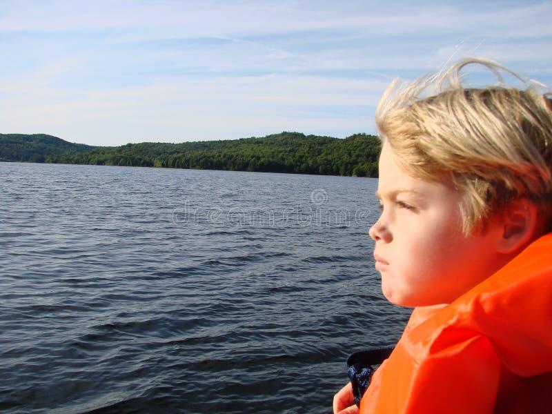Desporto de barco novo do menino fotografia de stock royalty free
