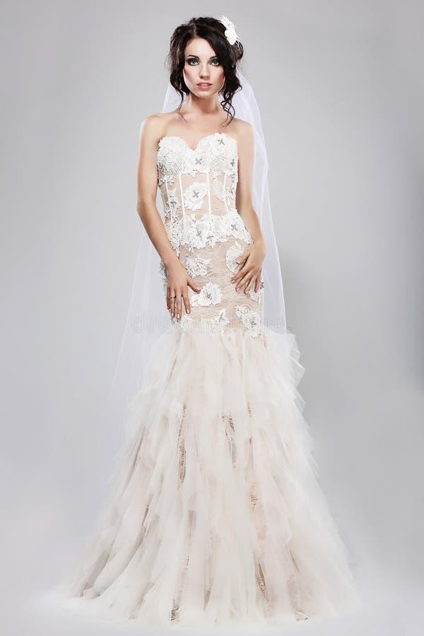 Desposorio. Novia magnífica auténtica en vestido nupcial blanco largo. Estilo de la boda foto de archivo