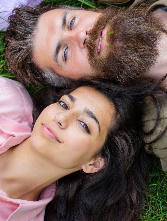 Despreocupados felizes farpados do homem e da menina do moderno apreciam relaxam O homem não barbeado e a menina colocam perto da imagem de stock royalty free
