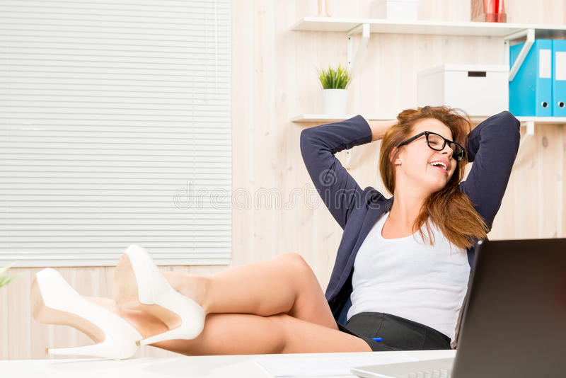 Desprezando a mulher de negócio das convenções que relaxa no escritório imagens de stock royalty free