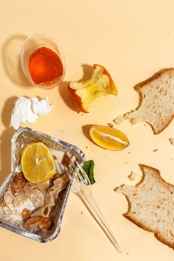 Después de banquete se acaba Comida perdida en la tabla después del partido de cena Sobras, placas vacías, comida y comidas comid foto de archivo