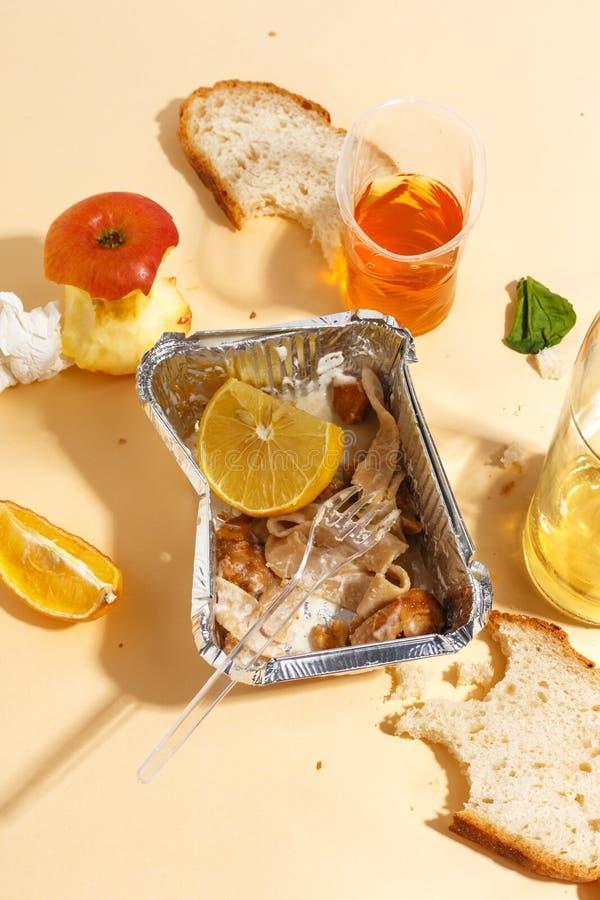 Después de banquete se acaba Comida perdida en la tabla después del partido de cena Sobras, placas vacías, comida y comidas comid fotografía de archivo