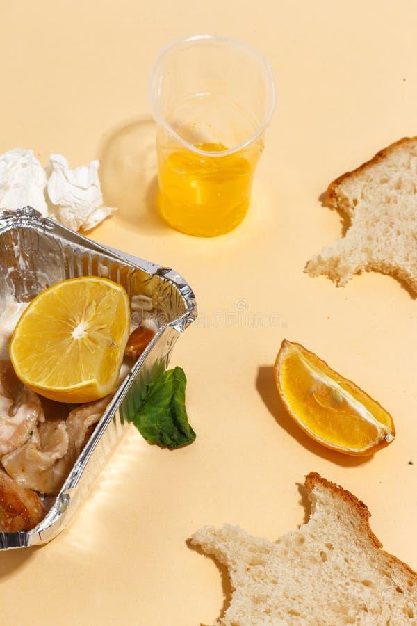Después de banquete se acaba Comida perdida en la tabla después del partido de cena Sobras, placas vacías, comida y comidas comid imagenes de archivo