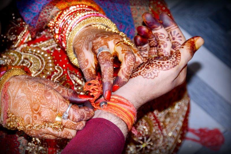 Después de casarse ambos son juego al juego Ritual de la boda en la India imagen de archivo