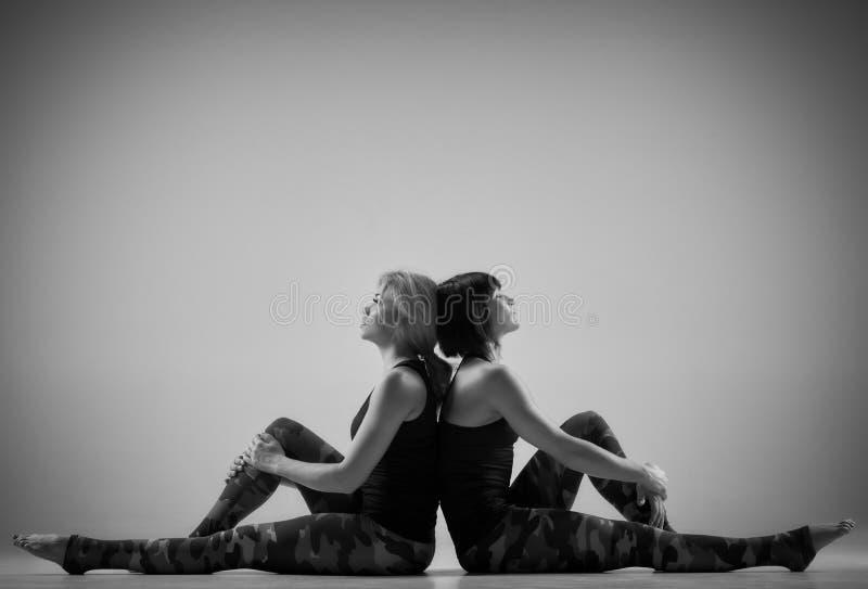 Después de ejercicio de la yoga en pares imagen de archivo libre de regalías