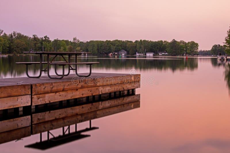 Después de puesta del sol en el lago sturgeon fotografía de archivo