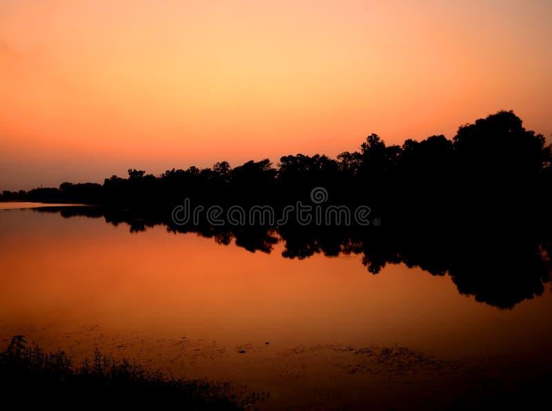 Después de silueta de la puesta del sol en el lago imágenes de archivo libres de regalías