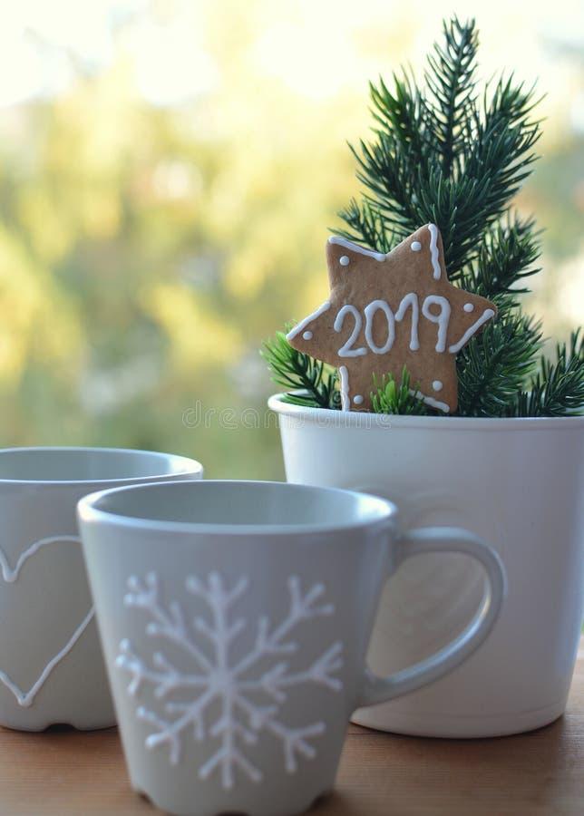 Después del Año Nuevo 2019 de la Navidad Estrella del pan de jengibre Dos tazas Visión desde la ventana Año Nuevo junto fotografía de archivo libre de regalías