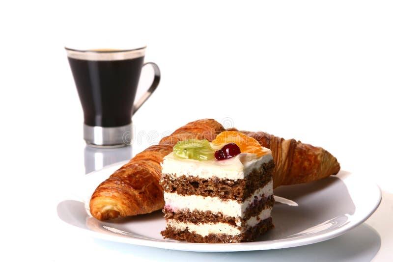 Desserfruchtkuchen mit schwarzem Kaffee stockfoto