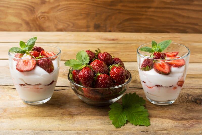 Dessert à la crème avec des fraises sur le fond en bois foncé photographie stock libre de droits