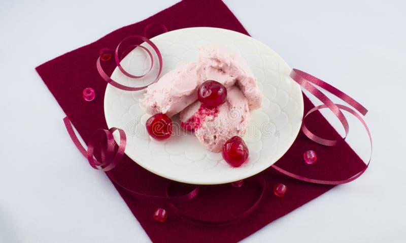 Dessert à la crème savoureux avec des cerises photos stock