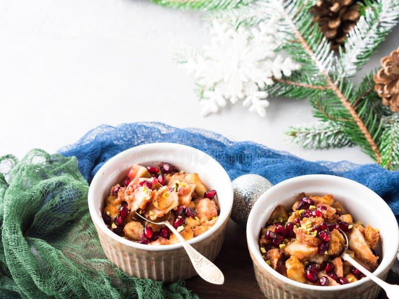 Dessert al forno della mela di Natale con i semi del melograno fotografie stock