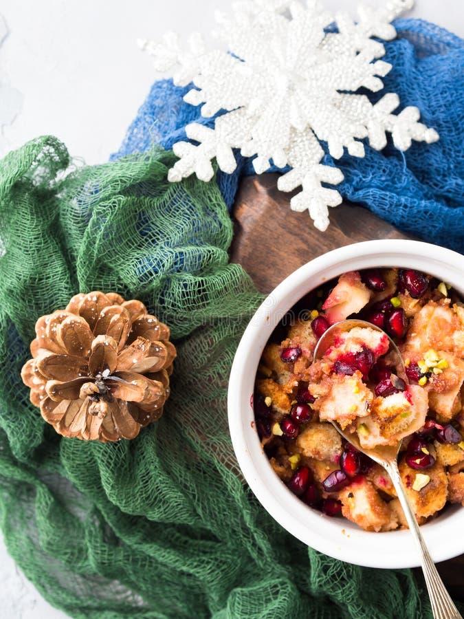 Dessert al forno della mela di Natale con il melograno Disposizione piana fotografia stock libera da diritti