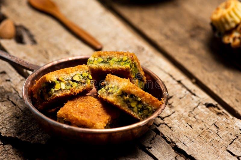 Dessert arabe avec des morceaux de Kadayif de pistache image libre de droits