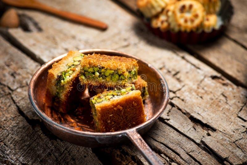 Dessert arabe avec des morceaux de Kadayif de pistache images libres de droits