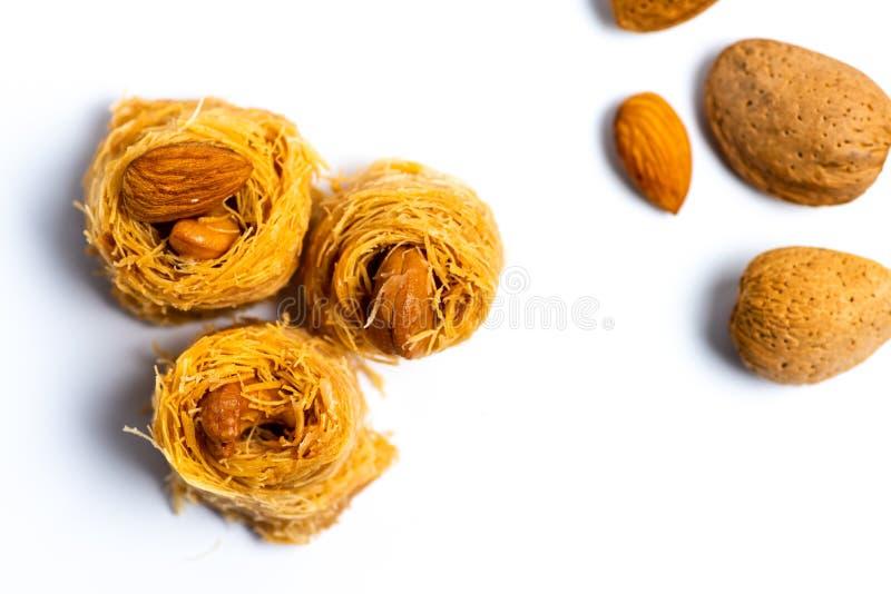 Dessert arabe de kadayif avec des noix de cajou d'isolement photographie stock