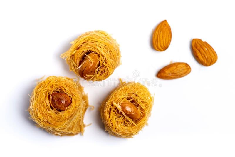 Dessert arabe de kadayif avec des noix de cajou d'isolement photo libre de droits