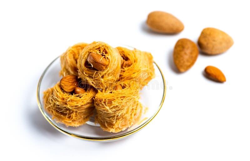 Dessert arabe de kadayif avec des noix de cajou d'isolement image libre de droits