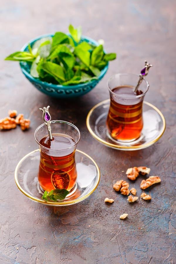 Dessert arabe turc traditionnel et un verre de thé image libre de droits