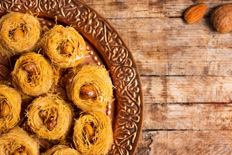 Dessert arabo della baklava del kadayif con l'anacardio fotografia stock