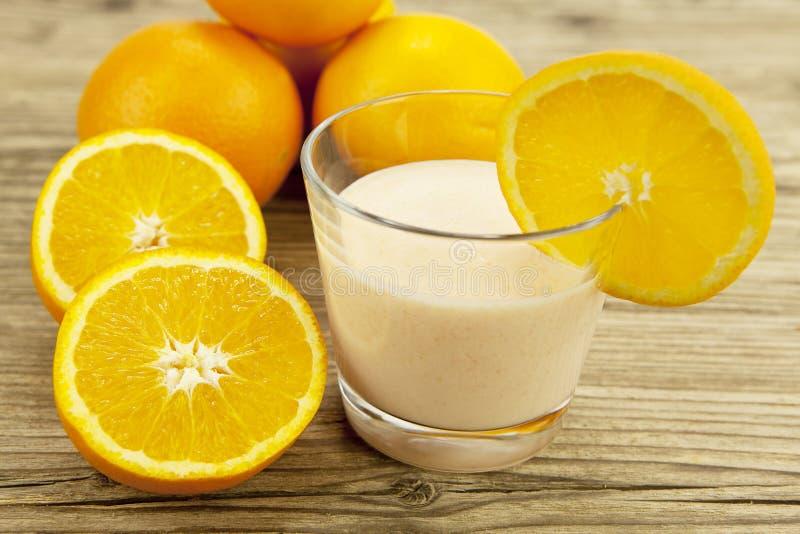Dessert arancione tropicale fresco di scossa del yogurt immagini stock