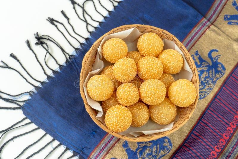 Dessert asiatique traditionnel, boule de sésame dans le panier, photo stock