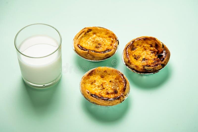 Dessert au goût âpre d'oeufs et un verre de lait photo libre de droits