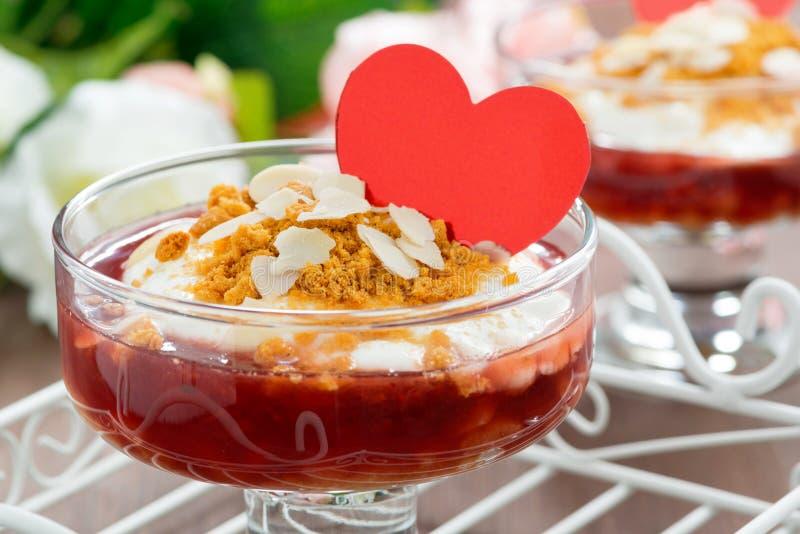 Dessert avec de la confiture de baie et la crème fouettée pour la Saint-Valentin photo stock