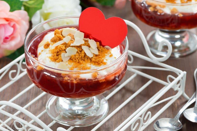 Dessert avec de la confiture de baie et la crème fouettée pour la Saint-Valentin image stock
