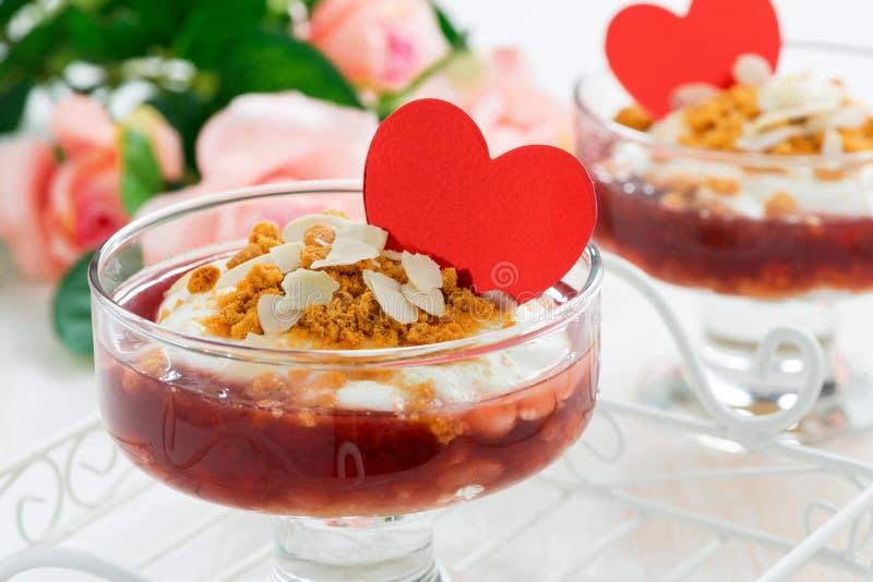 Dessert avec de la confiture de baie et la crème pour la Saint-Valentin, plan rapproché image libre de droits
