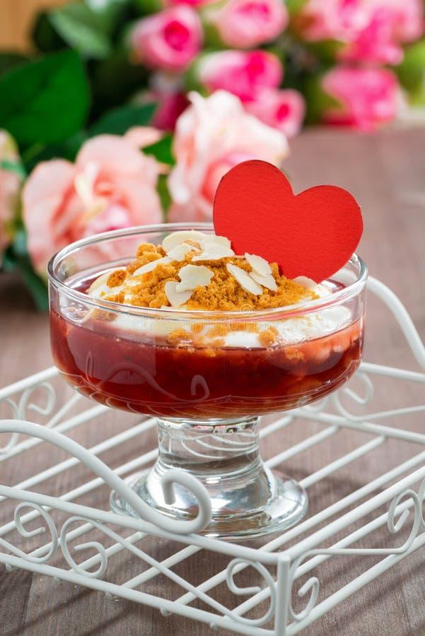 Dessert avec la confiture et la crème fouettée pour la Saint-Valentin, verticales photographie stock