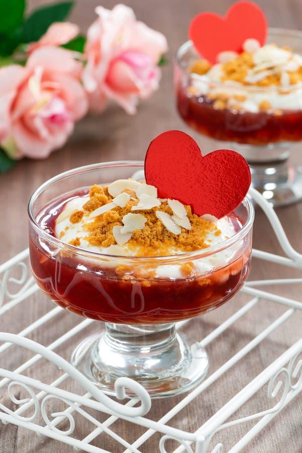 Dessert avec la confiture et la crème fouettée pour la Saint-Valentin, verticales photo stock
