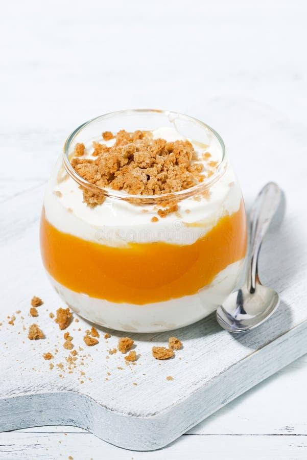 dessert avec le potiron, la crème fouettée et les biscuits, verticaux images stock
