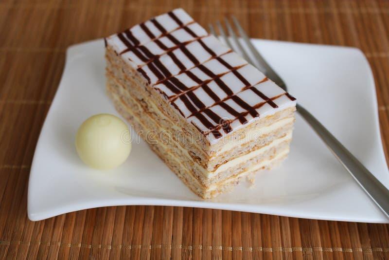 Dessert bianco e beige servito sul piatto quadrato ceramico bianco fotografie stock