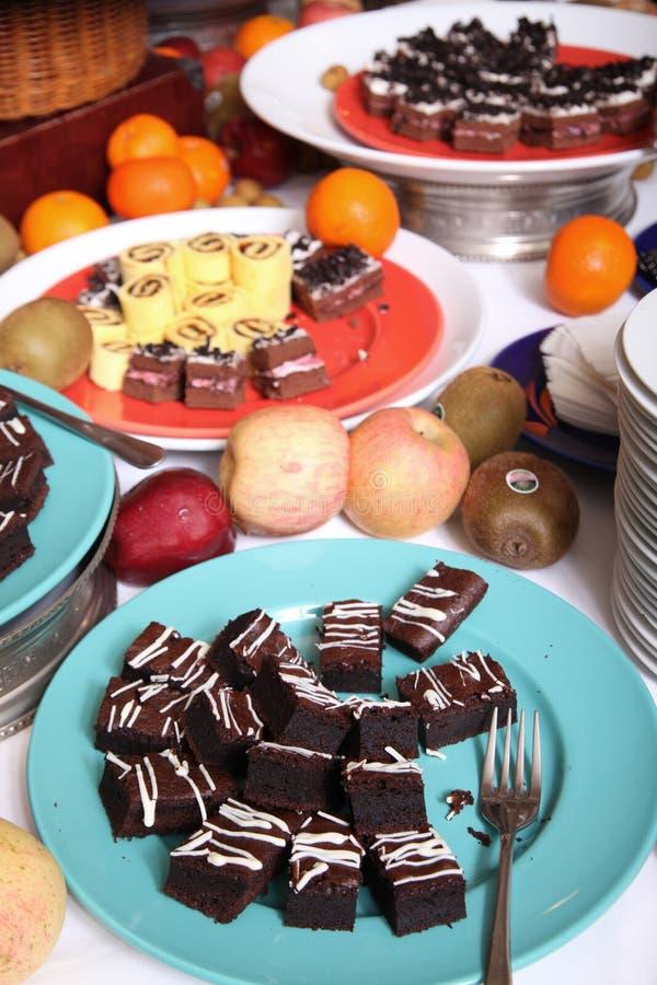 Dessert bij buffet stock afbeelding