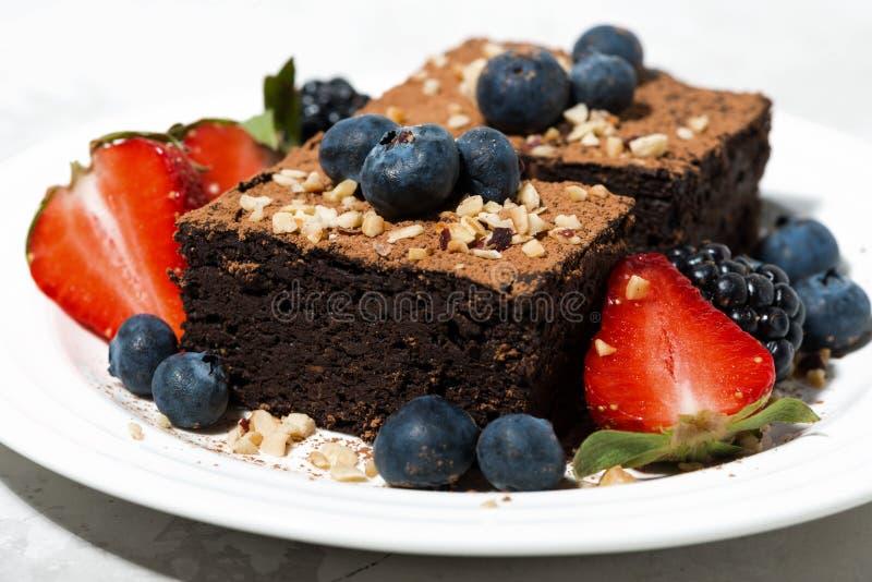 Dessert - chocolade brownies met verse bessen op plaat royalty-vrije stock afbeeldingen