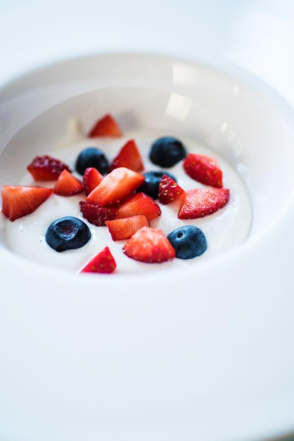 Dessert con la crema e le bacche di tonka immagini stock libere da diritti