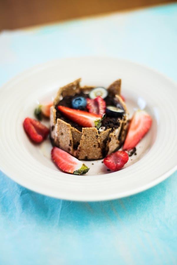 Dessert con la crema, il cioccolato e le bacche di tonka immagine stock