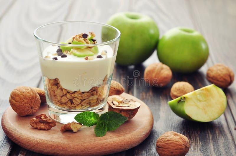 Dessert con yogurt e granola immagini stock