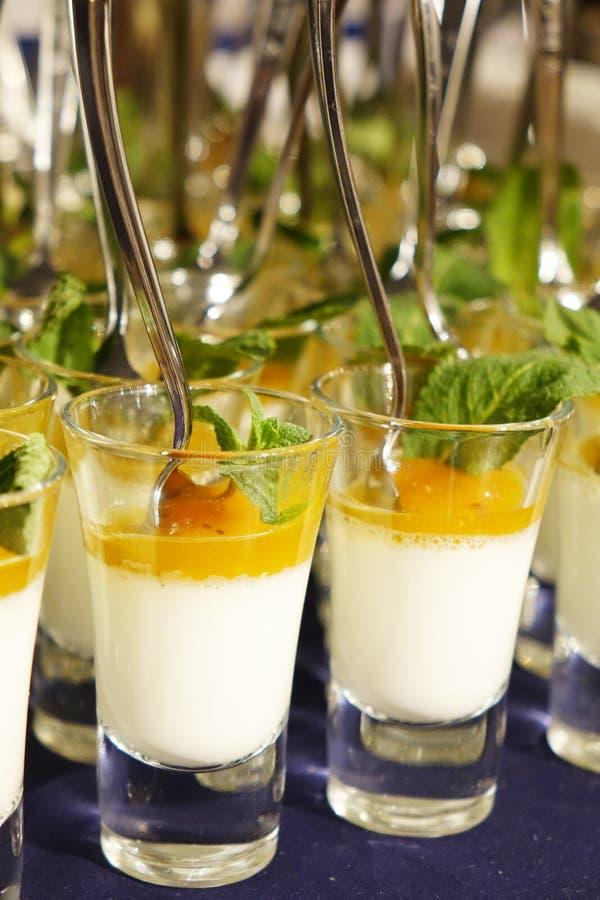 Dessert crémeux et crème glacée salée de caramel dans des pots en verre avec la menthe fraîche images stock