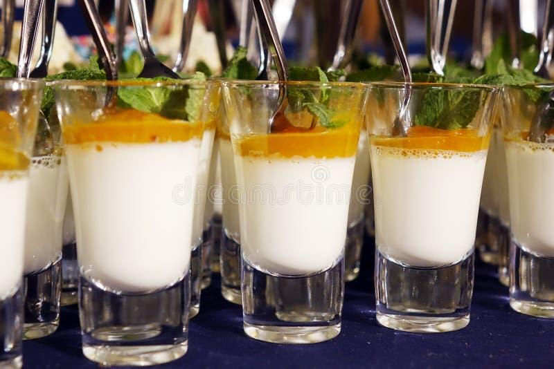Dessert crémeux et crème glacée salée de caramel dans des pots en verre avec la menthe fraîche image libre de droits
