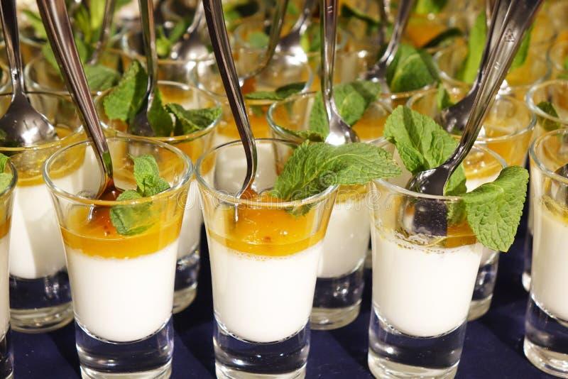 Dessert crémeux et crème glacée salée de caramel dans des pots en verre avec la menthe fraîche photographie stock