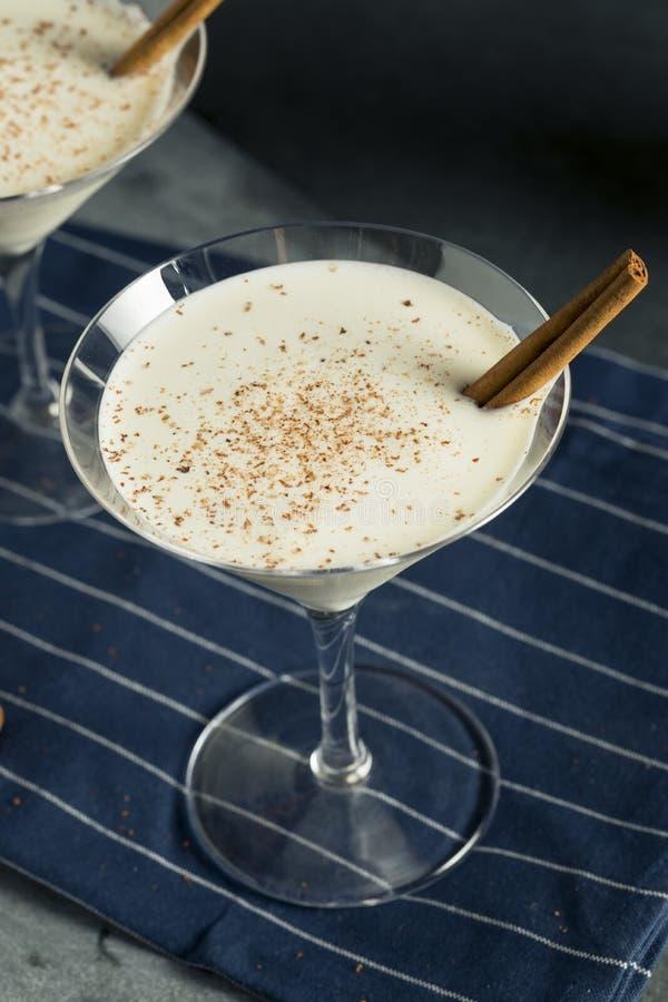 Dessert crémeux fait maison Martini de cannelle de lait de poule photographie stock libre de droits