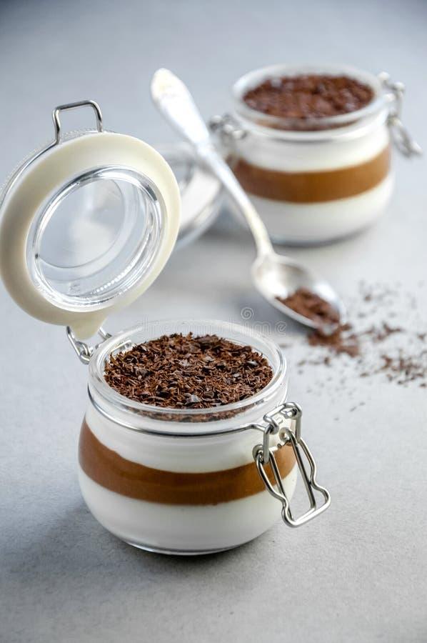 Dessert crémeux léger de mousse de vanille et de chocolat dans un pot en verre sur Gray Background jour du ` s de Valentine de co photographie stock libre de droits