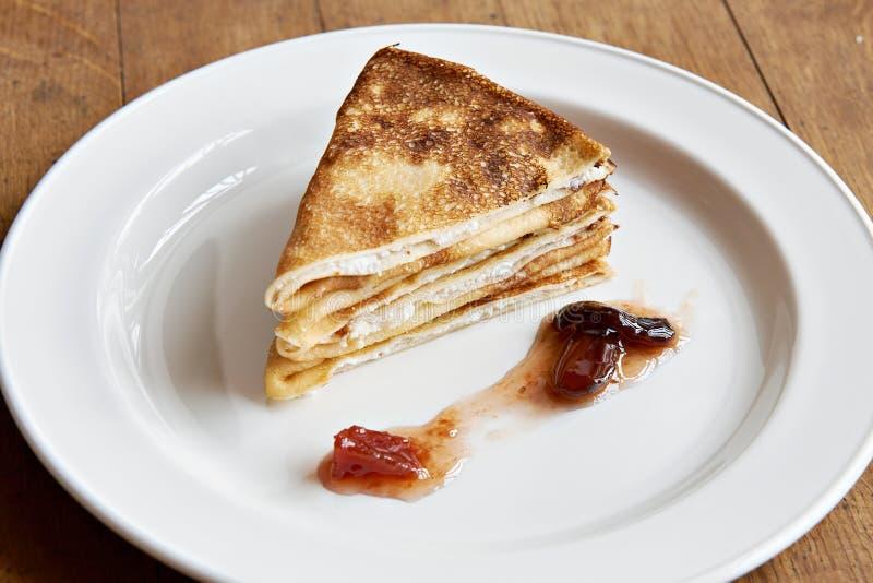 Dessert - crêpes douces avec le fromage blanc photos libres de droits
