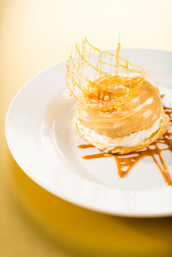 Dessert Cremoso Squisito Con La Guarnizione Della Caramella Fotografia Stock Libera da Diritti