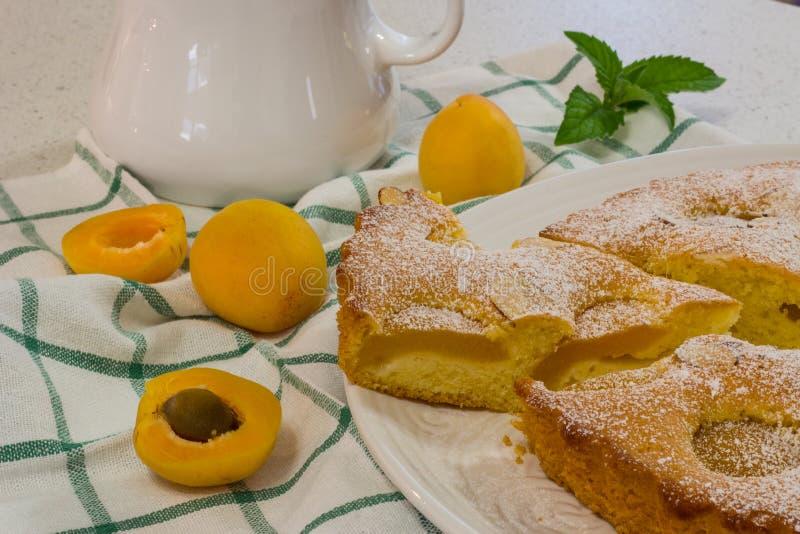 Download Dessert Cuit Au Four Frais De Tarte D'abricot Et D'amande Photo stock - Image du boulangerie, dessert: 56477362
