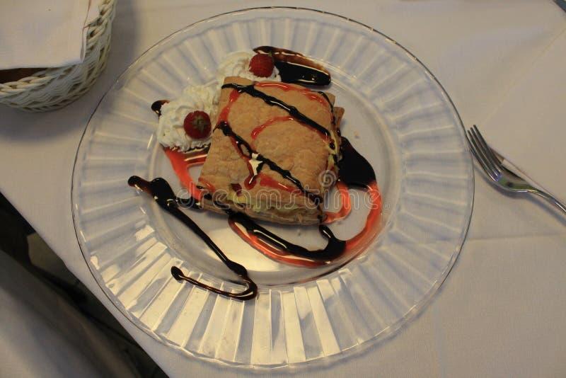 Dessert délicieux de la pâte feuilletée d'un plat blanc photographie stock