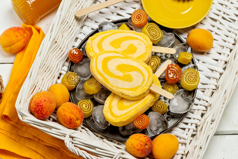 Dessert d'été Abricot de crème glacée  image libre de droits